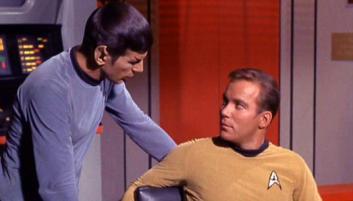 Spock står lite nära Kirk, ett uppenbart tecken på att de ligger med varandra!
