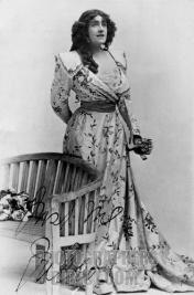 Julia Neilson som Marguerite i den ursprungliga uppsättningen av pjäsen.